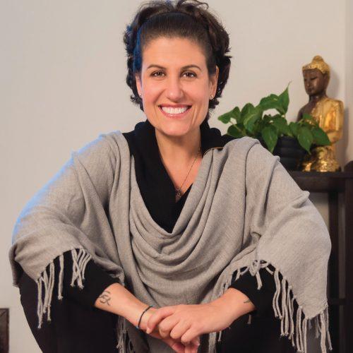 Flavia Melissa lança livro sobre o despertar da gratidão