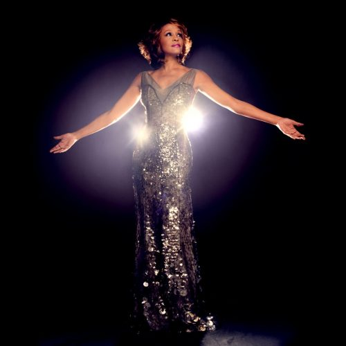 Artistas do teatro musical brasileiro cantam Whitney Houston