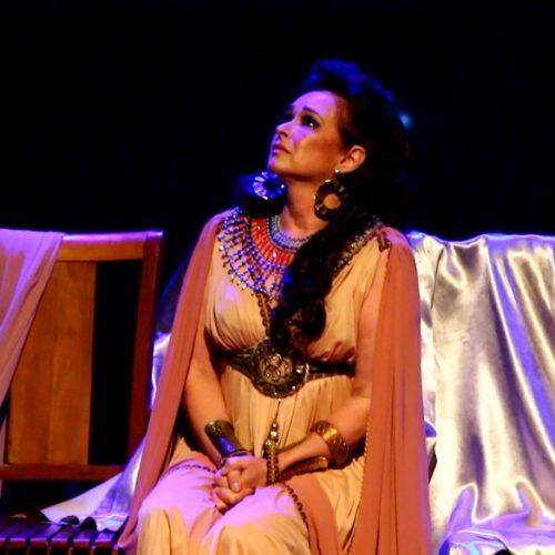 Myrian Rios vive Rainha Ester na volta ao teatro